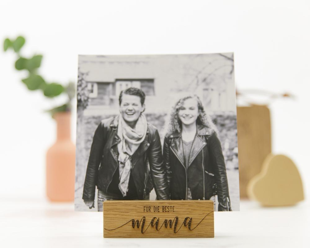"""Picture of Fotokartenhalter aus Eichenholz mit dem Schriftzug """"Für die Beste Mama"""""""